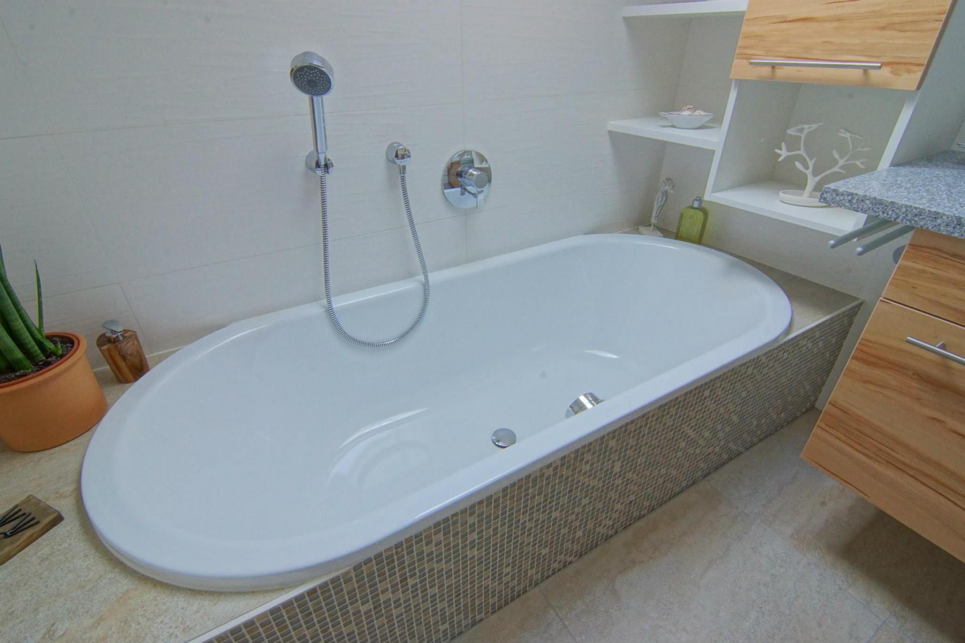 platzsparend ein bad einrichten badezimmer im dach. Black Bedroom Furniture Sets. Home Design Ideas
